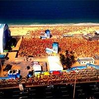 万人蜂拥海滩观战巴西 鸟瞰如蚂蚁搬家
