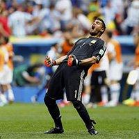 阿根廷门将罗梅罗为队友庆祝