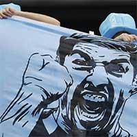 乌拉圭死忠球迷手持苏亚雷斯画像