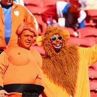 澳荷之战球迷助威橙狮袋鼠齐上阵