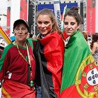 葡萄牙女球迷披国旗助威