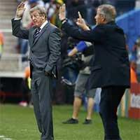 英格兰主帅(左)和乌拉圭主帅(右)场边指挥
