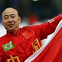 中国球迷亮相乌英大战展示国旗