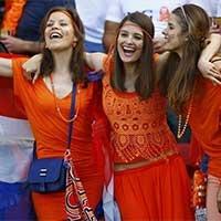 荷兰美女球迷场外披国旗力挺主队