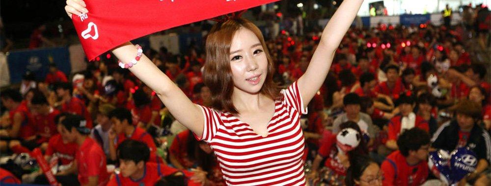 韩国美女球迷举横幅助威抢镜