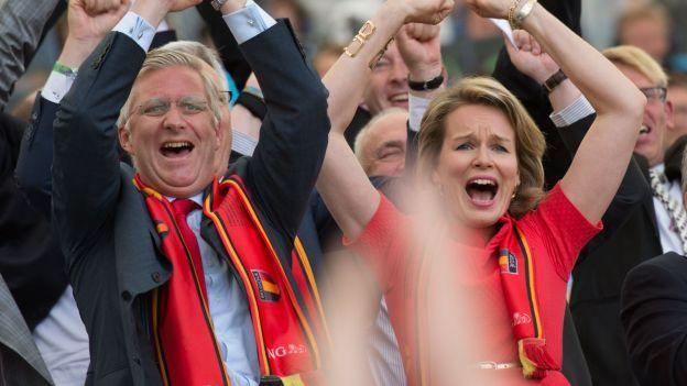 比利时国亲赴更衣室 与球员共庆12年后再出线