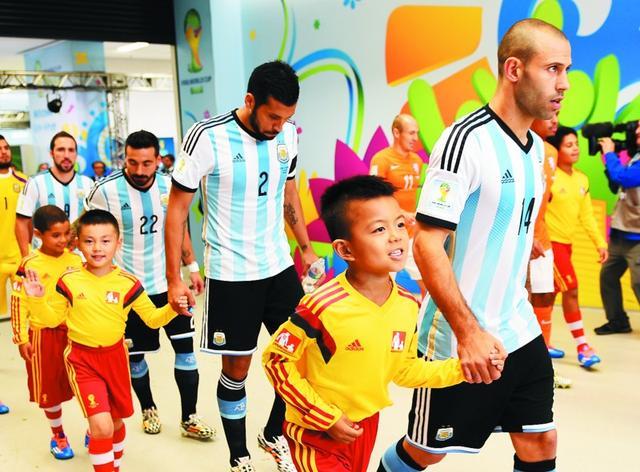 中国球童亮相世界杯 王一帆牵手马斯切拉诺