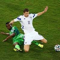 尼日利亚球员倒地铲球争抢球权