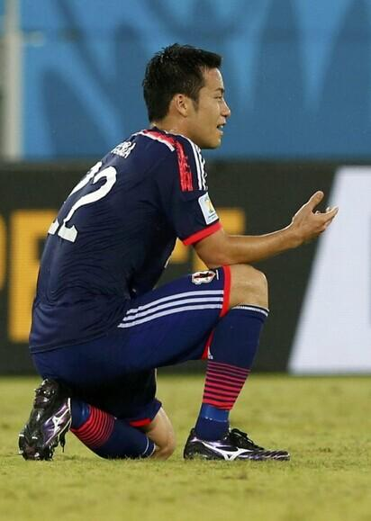 日本队员赛后跪地懊恼 女球迷看台上默默流泪