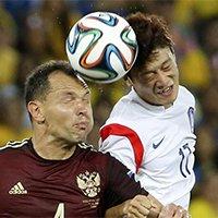 韩俄球员争抢头球瞬间