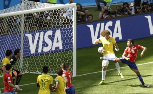 世界杯最难分辨进球诞生 对手送礼路易斯笑纳