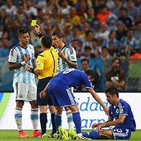 阿根廷队员罗霍领到黄牌