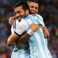 阿根廷斩获首粒进球后两球员拥抱庆祝
