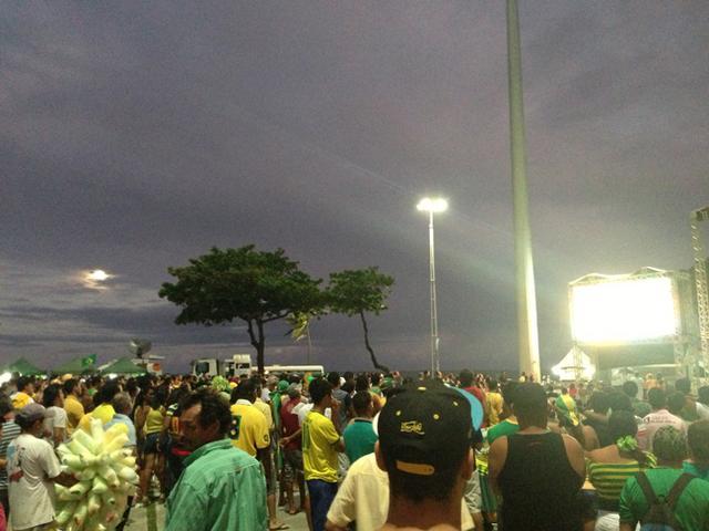 揭幕战累西腓万人空巷 记者与巴西球迷齐观战