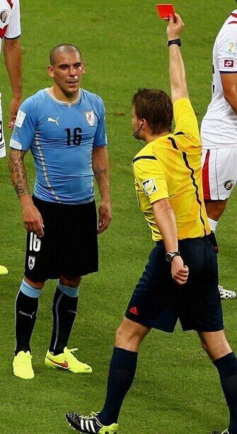 玩火自焚!点射后崩盘 乌拉圭第一冷输球输人