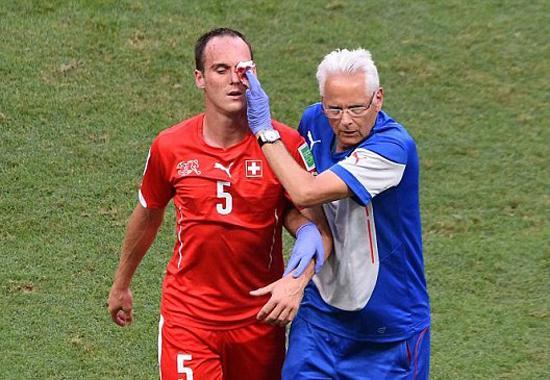 瑞士铁卫已被送往医院 左颧骨恐被吉鲁踢骨折