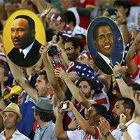 """美国球迷高举""""自由旗帜""""现场助威"""