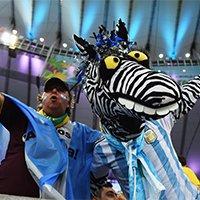 狂热阿根廷球迷助威蓝白军团