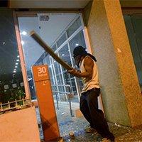 里约球场外发生示威者骚乱