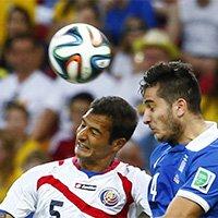 哥斯达黎加队博格斯与对手争顶头球