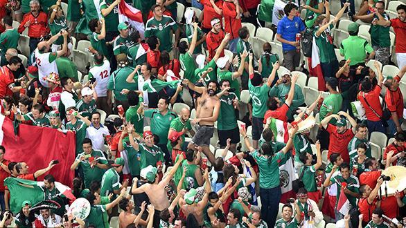 墨西哥球迷为平东道主雀跃 巴西球迷沮丧不已