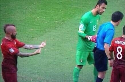佩佩被罚下队友不满 裁判背后偷竖双指(图)