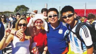 中国球迷巴西看球故事:父子不远万里来追星