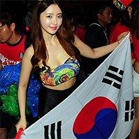韩国球迷国内持国旗为主队加油