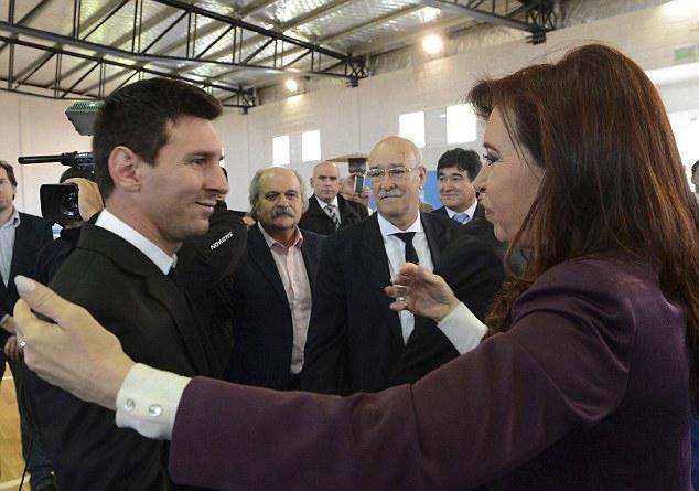 阿根廷上万球迷迎接球队回国 女总统拥抱梅西