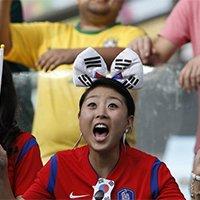 韩国美女球迷现场为母队加油助威