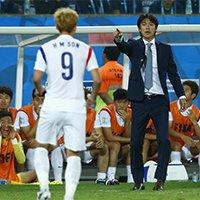 韩国主教练洪明甫场外见缝插针指导场上球员