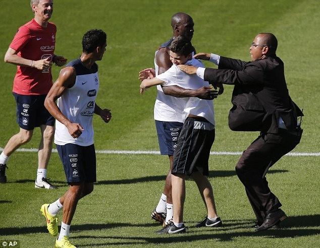 不速之客硬闯法国训练场 保安遭戏耍尴尬相撞