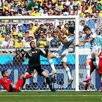 阿根廷球员头球遗憾高出横梁