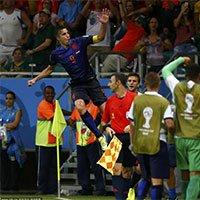 高清:荷兰队员范佩西梅开二度后庆祝