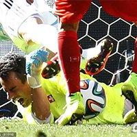 瑞士队门将贝纳利奥在扑救中被阿根廷球员踢伤