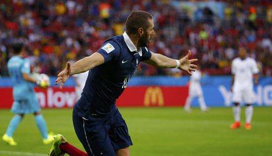 本泽马小角度射门梅开二度!法国队3-0领先