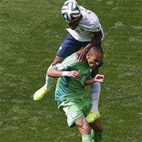 法国队员高高跃起争顶头球