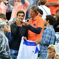 荷兰昔日门神范德萨惊现看台球迷忙合影