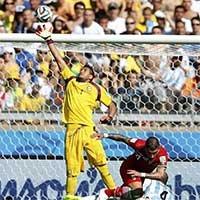 伊朗德贾加中路跟进头球攻门被门将托出