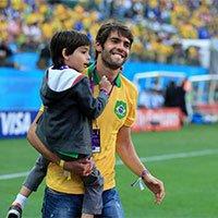 高清:世界杯巴西VS克罗地亚 卡卡携爱子现身