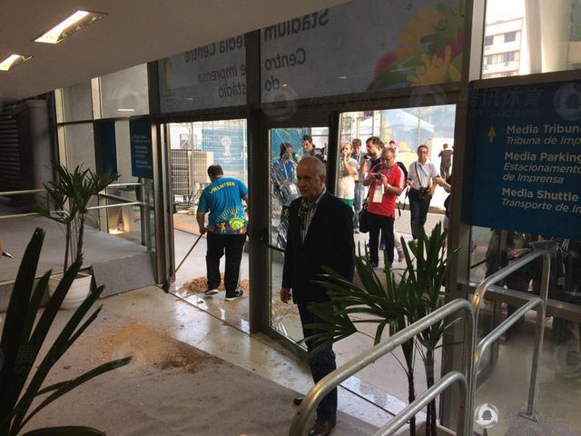 智利球迷赛前闹事 打砸马拉卡纳球场新闻中心