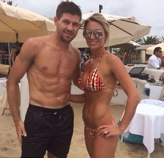 杰拉德怀抱佳人海边度假 娇妻泳装性感出镜
