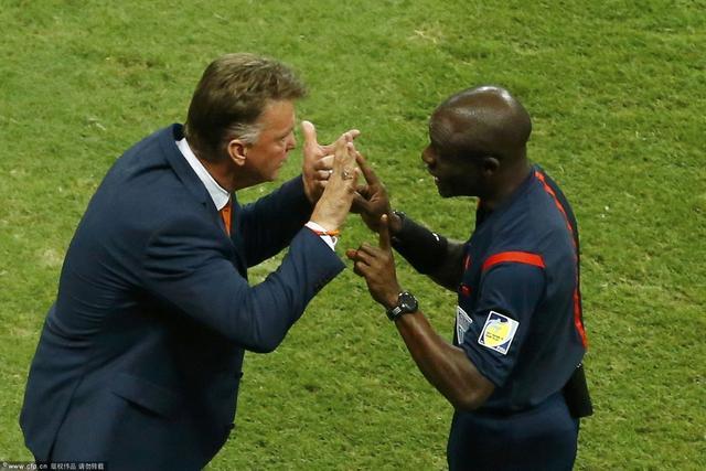 范加尔手腕现橙色幸运手环 称每场比赛前必戴