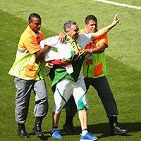 阿尔及利亚球迷赛前冲入场内