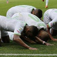 阿尔及利亚球员进球后集体跪地庆祝