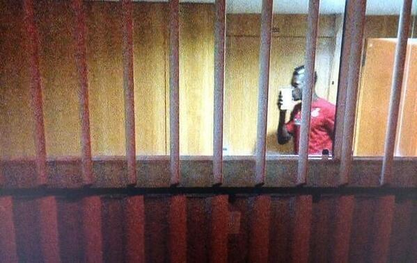 加纳乌龙铁卫狂吻10万奖金 媒体:他只认钱了
