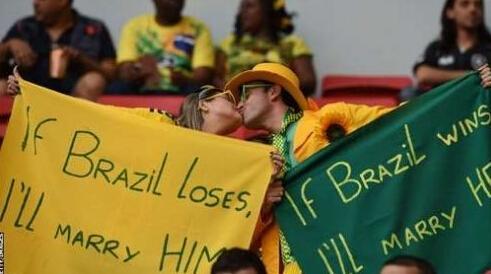 甜蜜!巴西球迷看台爱情宣誓 输赢都将在一起