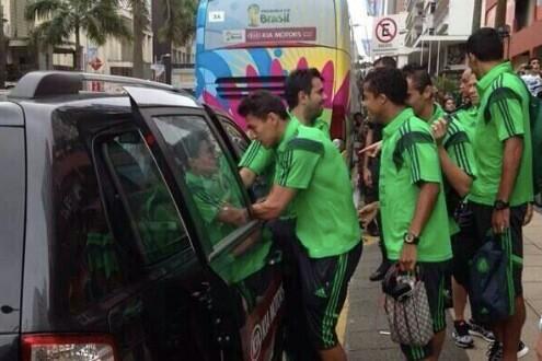墨西哥队训练大巴抛锚  队员打车前往训练场