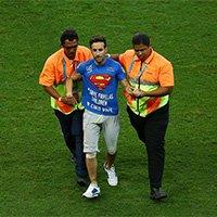 """""""超人""""球迷乱入赛场 导致比赛一度中断"""