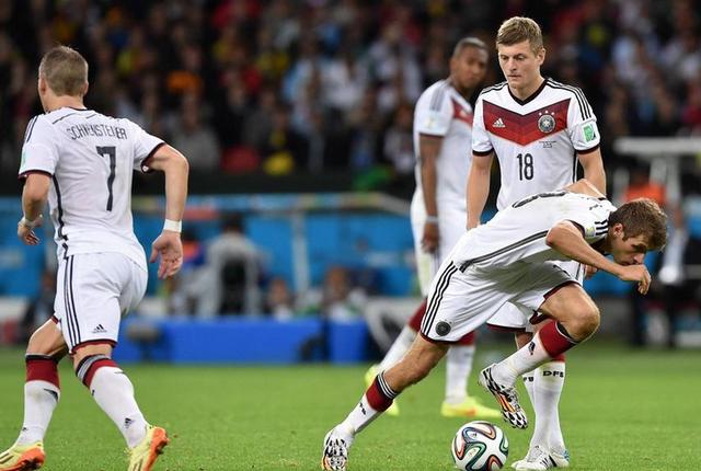 穆勒制造德国2/3进球 逗比表演后送致命助攻
